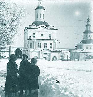 Покровская церковь Усть-Сысольске. Снимок начала XX века (справа виднеется Троицкая церковь)